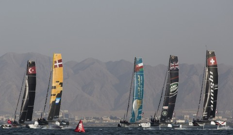 Sensacional día inaugural de la décima temporada de Extreme Sailing Series™ en Omán