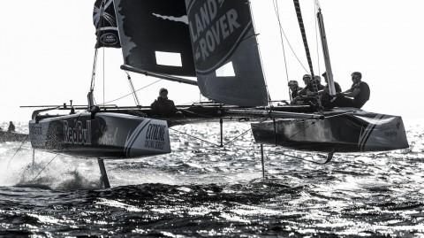 Alinghi vince il terzo Act consecutivo delle Extreme Sailing Series™ e Red Bull Sailing Team strappa