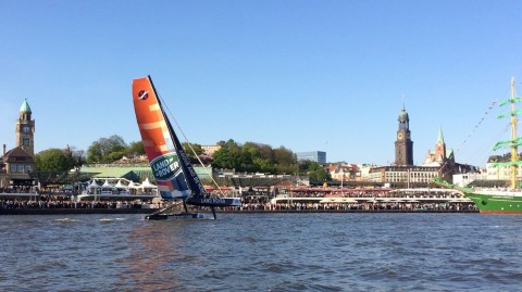 LAND ROVER EXTREME 40 WOWS CROWDS OF UP TO 2 MILLION AT THE HAMBURG PORT ANNIVERSARY